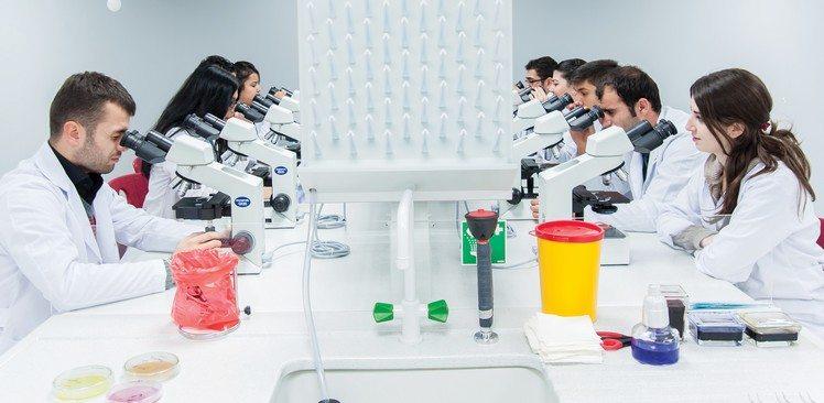 labaratuvar-deney-mikroskop-ogrenci