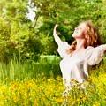 kadin-doga-yoga-huzur-mutlu-mevsim-bahar