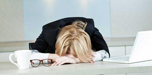 kadin-yorgun-uyku-halsiz-tukenmis